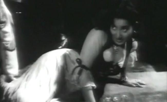 Shyama's Killer Look in song Babuji Dheere Chalna